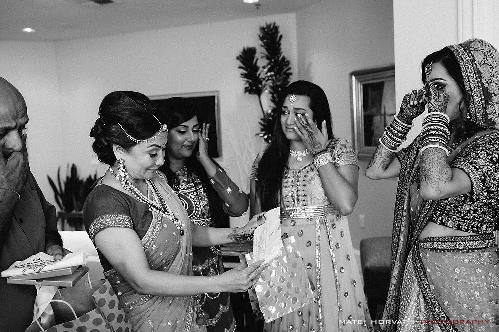 The bride gives her parents a little farewell gift